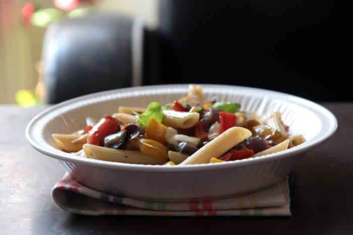 Peperonata in pasta con mozzarella e basilico